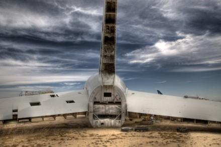 而那些已经无法发动的飞机,则将永远的留在沙漠里,要么被拆解,要么